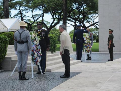 Ambassador Goldberg and Gen. Iriberri lay wreaths during the ceremony.