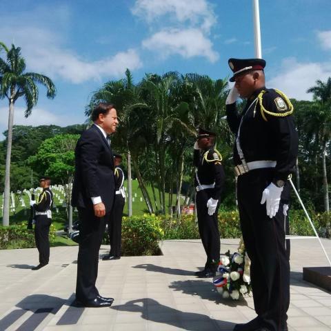 Panamanian President lays a wreath.